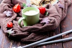 Deux tasses de café ou de chocolat chaud avec couvrant tricoté proche de guimauve et des aiguilles de tricotage Concept d'automne Photos libres de droits