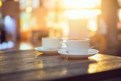 Deux tasses de café pendant le matin Image stock