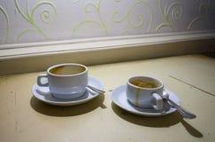 Deux tasses de café sales vides Images libres de droits