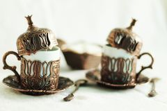 Deux tasses de café de style de tabouret de café turc, cuillères, fond blanc Image libre de droits