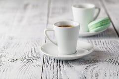 Deux tasses de café sur la terrasse de restaurant avec la lumière du soleil d'après-midi photo libre de droits