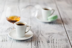 Deux tasses de café sur la terrasse de restaurant avec la lumière du soleil d'après-midi photographie stock libre de droits