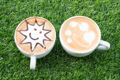 Deux tasses de café sur la texture artificielle d'herbe Vue supérieure Photographie stock