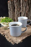 Deux tasses de café sur le fond en bois Photos stock