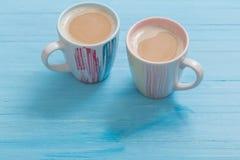 Deux tasses de café sur le fond en bois bleu Photo stock