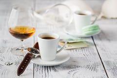 Deux tasses de café, sur le fond gris images stock