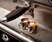 Deux tasses de café sur une machine de café photographie stock