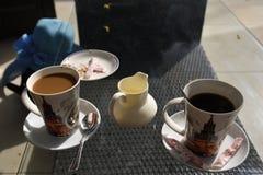 Deux tasses de café un avec du lait et un sans Image libre de droits