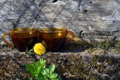 Deux tasses de caf? sur le mur en pierre avec le vieux fond en bois images stock