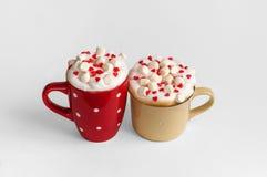 Deux tasses de cappuccino avec des coeurs de guimauve et de sucre Photographie stock