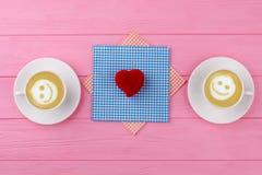 Deux tasses de cappuccino avec le sourire Images stock