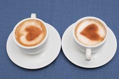 Deux tasses de cappuccino de café Photographie stock libre de droits