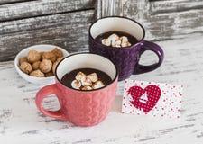 Deux tasses de chocolat chaud avec des guimauves, des biscuits et la carte postale de Saint-Valentin Photo libre de droits