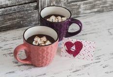 Deux tasses de chocolat chaud avec les guimauves et la carte postale de Saint-Valentin Photos libres de droits