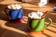Deux tasses de chocolat chaud et de guimauves Photo libre de droits