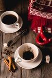 Deux tasses de coffe avec des épices sur la table en bois Photo libre de droits