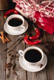 Deux tasses de coffe avec des épices sur la table en bois Photos stock
