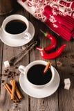 Deux tasses de coffe avec des épices sur la table en bois Photographie stock libre de droits