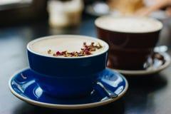 Deux tasses de coffe avec l'art de latte photos stock