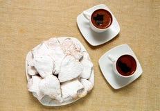Deux tasses de coffe grec avec des biscuits Image stock