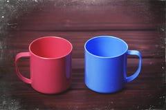 Deux tasses de couleur sur la table woodent Photos libres de droits