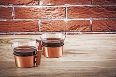 Deux tasses de cuivre de coffe dans l'intérieur de vintage Image stock