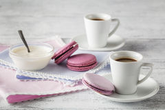 Deux tasses de la portion de café sur le fond chic minable Images stock