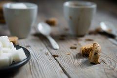 Deux tasses de miettes de café et de sucre raffiné et de biscuit photo libre de droits