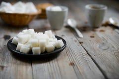 Deux tasses de miettes de café et de sucre raffiné et de biscuit, guimauve photos stock