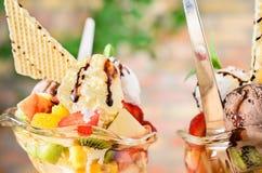 Deux tasses de salade de fruits - fin  Photo stock