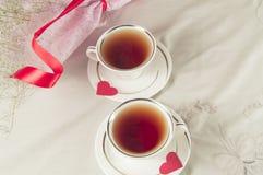Deux tasses de thé avec des coeurs Wedding toujours la durée Photos stock
