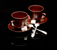 Deux tasses de thé avec des cuillères à café Image libre de droits