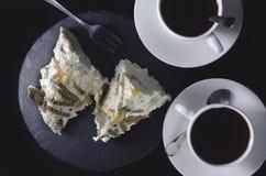 Deux tasses de thé avec un gâteau Vue de ci-avant Images libres de droits