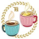 Deux tasses de thé chaudes avec la douille de knit, pièce en t ronde pousse des feuilles cadre Photos libres de droits