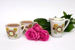 Deux tasses de thé et de roses Photographie stock