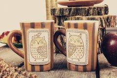 Deux tasses de thé ou de café sur la rétro table en bois Photographie stock libre de droits