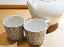 Deux tasses de thé vides avec le pot de thé Photos stock