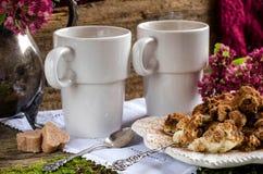 Deux tasses de tiramisu de café et de dessert Photos stock