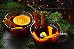 Deux tasses de vin chaud dans la perspective d'une guirlande et des branches de sapin photos libres de droits