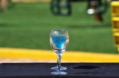 Deux tasses du Curaçao bleu boivent l'ensemble un midi de table photographie stock