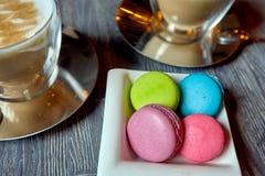 Deux tasses du plat de café des macarons Image stock