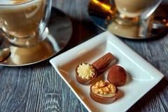 Deux tasses du plat de café des macarons et de la sucrerie de plat Image libre de droits
