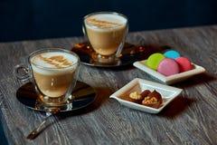 Deux tasses du plat de café des macarons et de la sucrerie de plat pour la copie Photographie stock libre de droits