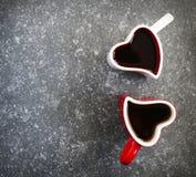 Deux tasses en forme de coeur avec le thé Photos stock