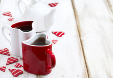 Deux tasses en forme de coeur avec le thé Images libres de droits