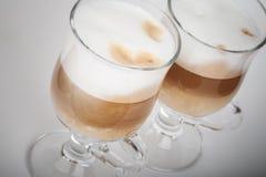 Deux tasses en verre avec des poignées de café de latte photos libres de droits