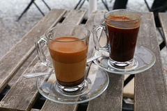 Deux tasses en verre de café turc, noir et avec du lait Photographie stock libre de droits