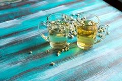 Deux tasses en verre transparentes avec le thé de camomille Images stock