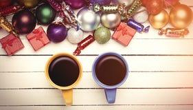 Deux tasses et cadeaux de Noël Image libre de droits
