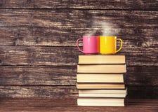 Deux tasses et livres Photographie stock libre de droits